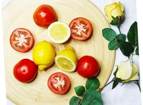 Hỗn hợp chanh và cà chua vừa giúp triệt lông, vừa có tác dụng làm sáng mịn da hiệu quả.
