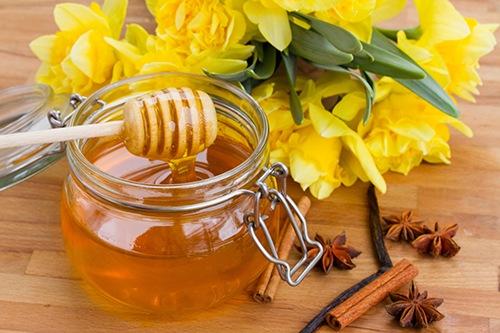 Mật ong chứa nhiều dưỡng chất có khả năng triệt lông hiệu quả tại nhà