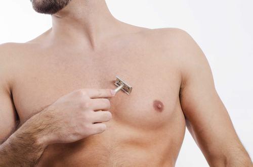 Các chàng có thể dễ dàng tự cạo lông ngực tại nhà.