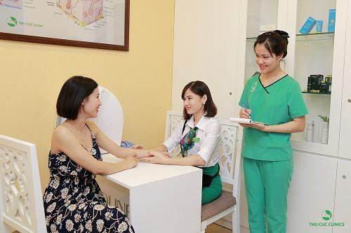 Chuyên viên của Thu Cúc Clinics đang giới theieuj cho khách hàng về công nghệ triệt lông Laser Diode