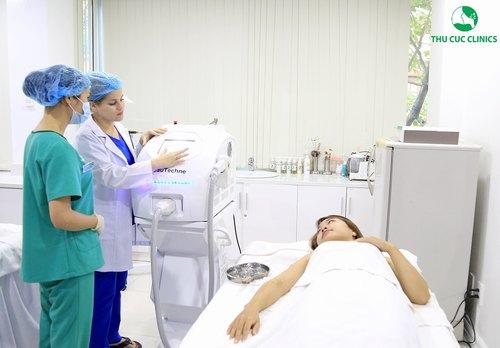 Chuyên gia Thu Cúc Clinics đang điều chỉnh năng lượng Laser Diode phù hợp với tình trạng thực tế của khách hàng.
