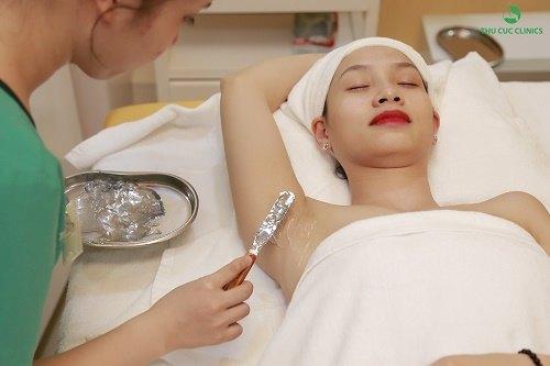 Thao tác thoa gel được thực hiện sau khi làm sạch vùng cần triệt cẩn thận, giúp làm dịu da và tăng cường hiệu quả triệt lông của Laser Diode ở bước sau.