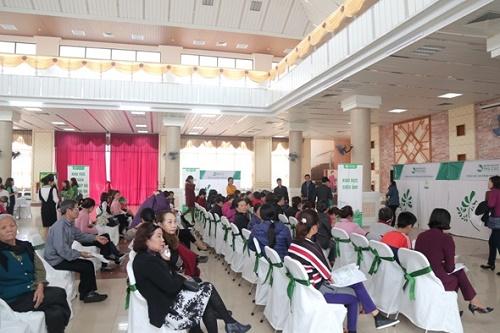 Ngay từ sáng sớm, đã có rất nhiều người dân tới Trung tâm văn hóa Kinh Bắc (đường Kinh Dương Vương, Bắc Ninh) để được thăm khám và tầm soát ung thư miễn phí.