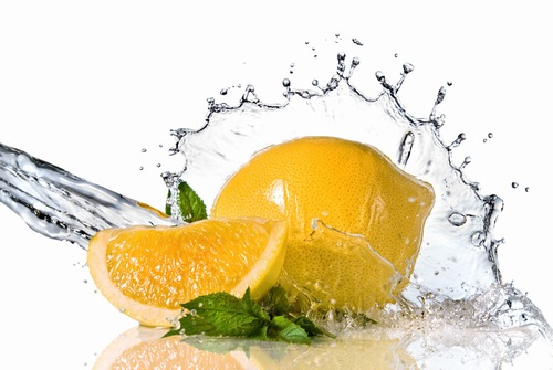 Chanh giàu axit tự nhiên đem đến tác dụng trị tàn nhang hữu hiệu. Bên cạnh đó nhóm vitamin C trong chúng còn giúp nuôi dưỡng làn da sáng khỏe mỗi ngày. Đối với những đốm nâu sậm xuất hiện, bạn có thể sử dụng nước cốt chanh thoa lên vùng da bị tàn nhang, kết hợp mát xa nhẹ nhàng giúp các dưỡng chất thẩm thấu. Lưu lại chừng 4 phút thì rửa lại với nước ấm, thấm khô với khăn mềm