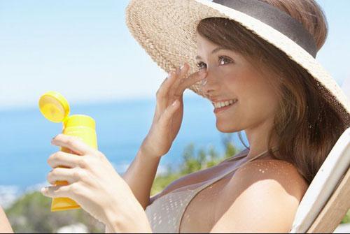 Kem chống nắng là giải pháp giúp bảo vệ làn da rất tốt trước tác hại của các tia UV.