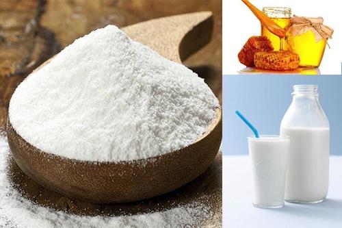 Mặt nạ bột gạo và sữa tươi có tác dụng lấy đi lớp tế bào chết sần sùi, dưỡng trắng da và làm mở những vết thâm nám trên bề mặt. Bên cạnh đó, công thức này cũng giúp tăng cường dưỡng ẩm, ngăn cho da không bị khô, nhất là vào mùa đông.