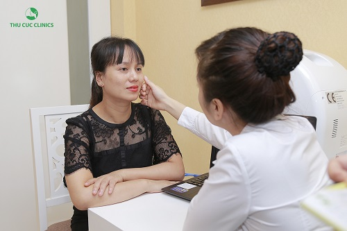 Khách hàng được thăm khám và tư vấn liệu trình làm đẹp tại Thu Cúc Clinics