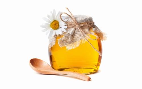 Bên cạnh khả năng tái tạo tế bào khỏe, chống oxy hóa, thoa mật ong lên da mỗi ngày còn đem đến tác dụng kháng viêm trị các vấn đề như viêm nang lông. Tuy nhiên để đạt hiệu quả, bạn nên thực hiện cách này đều đặn 3 lần/ tuần vào mỗi tối trước khi đi ngủ để làn da được nghỉ ngơi.
