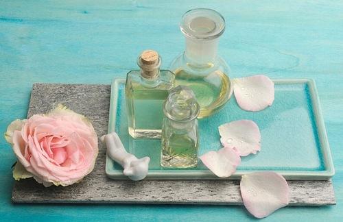 Phèn chua, nước hoa hồng có tác dụng loại bỏ violong vùng bikini hiệu quả