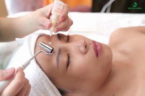 Trong lúc kỹ thuật viên thực hiện những bước chăm sóc da như làm sạch sâu, chăm sóc chuyên nghiệp và lăn tinh chất, đắp mặt nạ chị Thu Hà đã tranh thủ thư giãn và tận hưởng những giây phút thư thái, thoải mái.