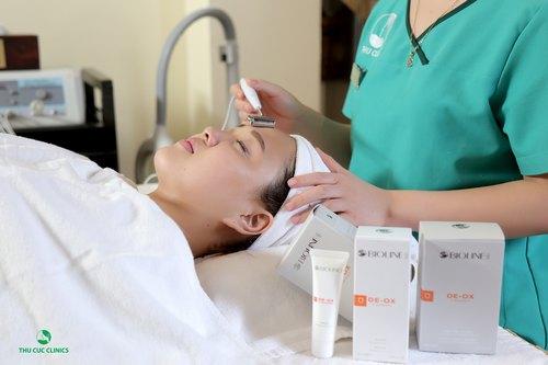 Khách hàng đang trải nghiệm dịch vụ làm trắng da toàn diện bằng công nghệ 3C tại Thu Cúc Clinics.
