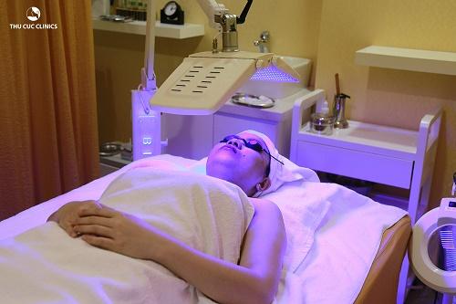 Ánh sáng Blue Light loại bỏ vi khuẩn gây mụn và tái tạo da hiệu quả