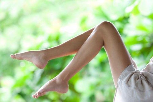 Chọn cách tẩy lông chân phù hợp sẽ giúp các chị em tự tin hơn trong những chiếc váy trẻ trung, quyến rũ.
