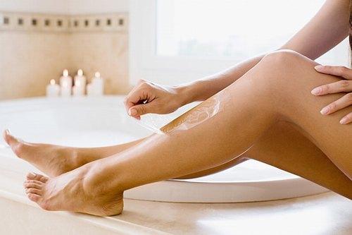 Waxing vừa giúp tẩy lông, vừa loại bỏ tế bào chết dễ dàng.