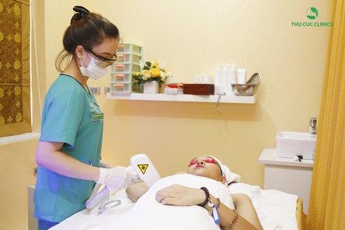 Khách hàng đang trải nghiệmdịch vụ triệt lôngLaser Diode tại Thu Cúc Clinics – thương hiệu thẩm mỹ da uy tín hàng đầu khu vực.
