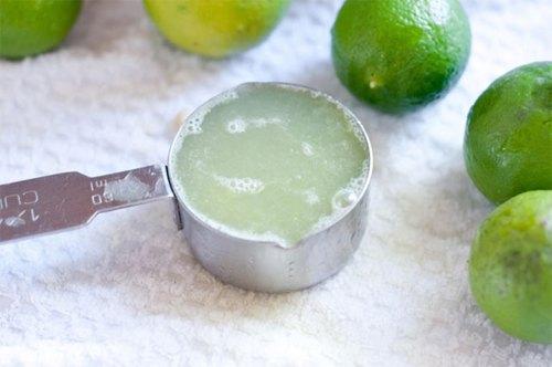 Nước cốt chanh có tính axit tự nhiên, giúp làm mờ vết rạn và làm trắng da.