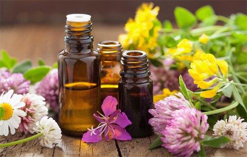 Sử dụng thêm các loại tinh dầu thiên nhiên có tác dụng kháng khuẩn để làn da nhanh chóng hồi phục.