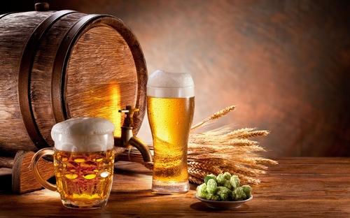Bia là sản phẩm được tạo ra nhờ quá trình lên men tự nhiên của lúa mì. Ngoài nồng độ cồn thấp, trong bia chứa một số loại enzym, đặc biệt tốt với sức khoẻ và làn da. Theo đó bạn chỉ cần làm sạch cơ thể sau đó chà bia lên người, kết hợp một vài động tác mát xa giúp các dưỡng chất thẩm thấu. Áp dụng đều đặn để thấy được hiệu quả rõ rệt.