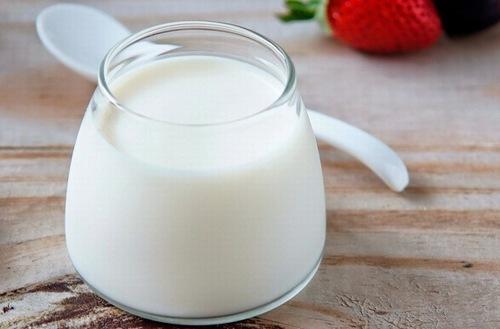 Trong sữa tươi chứa protein, enzim, axit latic giúp khắc phục các chứng bong da mặt, mụn trứng cá, da thô ráp, dưỡng ẩm và làm mịn da, chống lão hóa, giúp làn da chống lại những tổn hại từ môi trường bên ngoài. Cũng chính vì những lợi ích như vậy mà rất nhiều chị em sử dụng nguyên liệu này để tắm trắng thường xuyên.