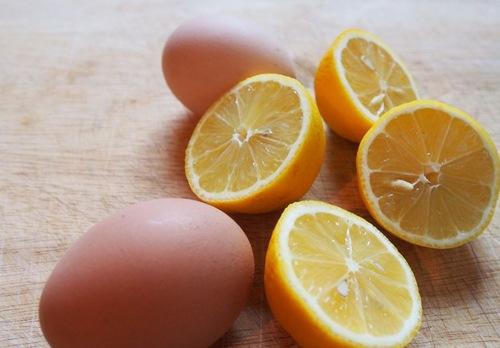 C hanh chứa nhiều axit giúp làm sạch da, tái tạo tế bào mới và mang đến cảm giác dễ chịu, thoải mái khi sử dụng. Khi kết hợp lòng trắng trứng gà với chanh sẽ tạo ta hỗn hợp có công dụng làm da trắng mịn, tươi tắn. Tương tự như trên, theo đó bạn chỉ cần làm sạch cơ thể, tiếp đến chà hỗn hợp lên cơ thể, kết hợp mát xa nhẹ nhàng.