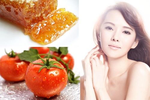 Trộn cà chua mật ong chung lại với nhau. Làm sạch da mặt rồi dùng bông gòn thấm dung dịch nhẹ nhàng thoa đều khắp mặt, chờ trong 15 - 20 phút khi các dưỡng chất có trong mặt nạ đã thẩm thấu đủ vào da, bạn rửa lại với nước sạch. Nên áp dụng mặt nạ trắng da tự nhiên với mật ong mỗi tuần 3 lần.