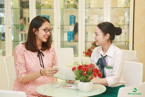 Chuyên viên Thu Cúc Clinics đang tư vấn giải pháp trị rạn da bụng cho khách hàng.