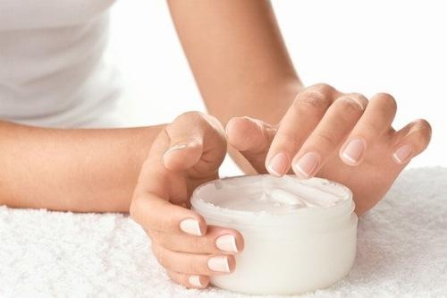 Sử dụng kem triệt lông chân là phương pháp tiện dụng dễ thực hiện