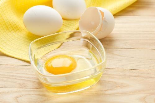 Loại bỏ lông chân đơn giản bằng lòng trắng trứng gà, đường