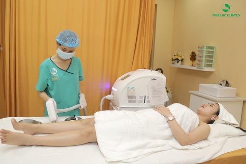 Khách hàng đang trải nghiệm triệt lông chân bằng công nghệ Laser Diode tại Thu Cúc Clinics