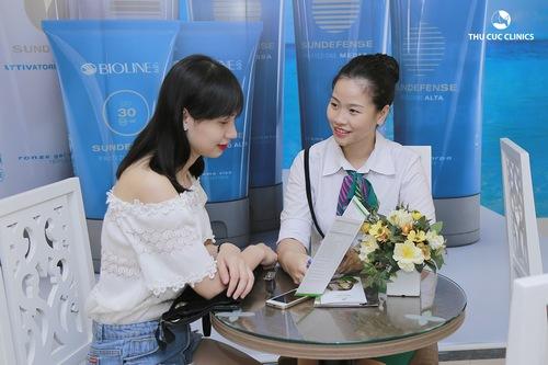 Chuyên viên tư vấn giúp khách hàng hiểu được liệu trình triệt lông