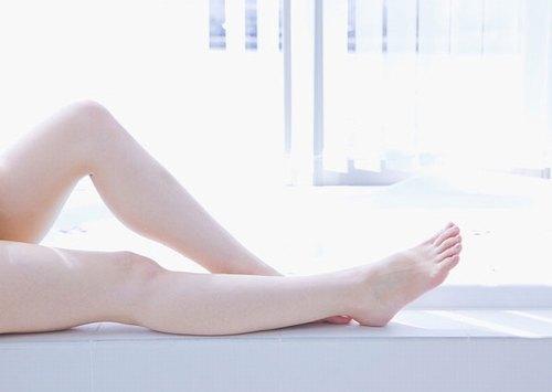 Đôi chân láng mịn không tì vết chỉ sau một liệu trình triệt lông bằng Laser phù hợp.