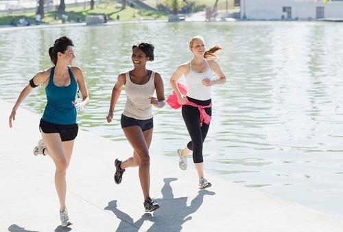 Đi bộ, tham gia hoạt động lành mạnh giúp làn da săn chắc sáng khỏe