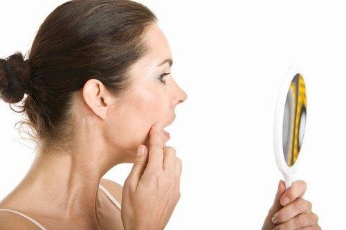 Cạo lông mặt không cẩn thận có thể khiến da bị trầy xước, nổi mụn.