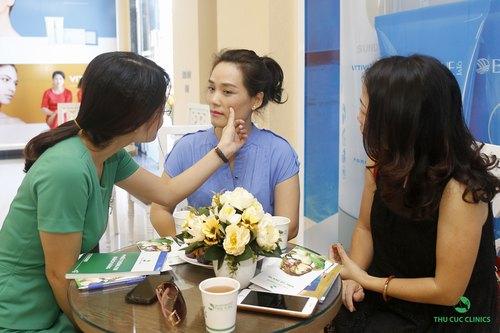 Chuyên viên Thu Cúc Clinics đang tư vấn về dịch vụ triệt lông mặt cho khách hàng.