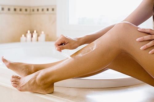Thao tác gật sáp ra khỏi da nhanh dứt khoát giúp người thực hiện giảm cảm giác đau rát