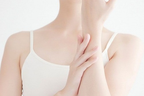 Sử dụng kem dưỡng sau khi triệt lông giúp làn da được cân bằng độ ẩm