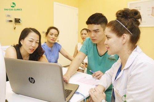 Chuyên gia Thu Cúc Clinics đang thăm khám và tư vấn giải pháp làm đẹp da phù hợp nhất cho khách hàng.