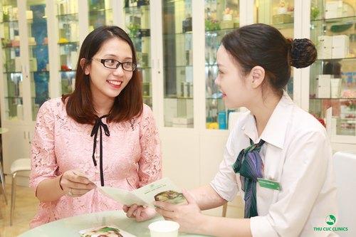 Chuyên gia Thu Cúc Clinics đang tư vấn về phương pháp trị rạn da cho khách hàng.