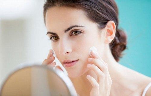 Thoa kem chống nắng để bảo vệ da khỏi tia UV có trong ánh nắng mặt trời.