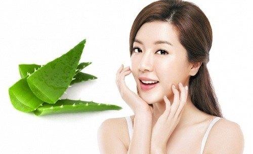 Thoa gel lô hội giúp làm giảm kích ứng trên da mặt.