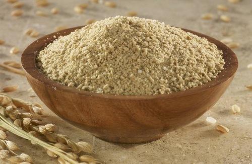 Cám gạo là nguyên liệu chứa rất nhiều dưỡng chất và các loại vitamin có tác dụng loại lớp tế bào già nua và ức chế sản sinh sắc tố melanin, giúp làn da trắng hồng và căng mịn. Khi kết hợp bột nghệ cùng với cám gạo sẽ tạo thành một giải pháp chăm sóc da tuyệt vời, khiến làn da bạn trắng sáng hơn hẳn.