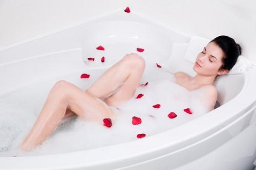 Nhờ chứa hàm lượng vitamin B dồi dào nên sữa có khả năng dưỡng trắng da từ sâu bên trong. Bên cạnh đó, chúng còn giúp thải độc tố, chống oxy hóa, cân bằng độ PH duy trì làn da săn chắc, khỏe mạnh. Tuy nhiên trước khi tắm bằng sữa tươi, bạn nên tẩy da chết và tắm sạch cơ thể bằng sữa tắm để lỗ chân lông thông thoáng và hấp thu dưỡng chất từ sữa tươi tốt hơn.