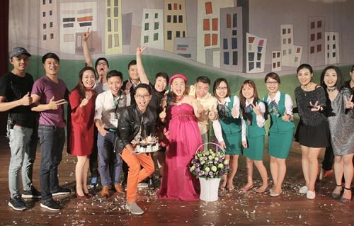 """Trong đêm hài kịch """"Không ai phải sợ"""" vào tối cùng ngày, người dân Quảng Ninh không chỉ được cười thả ga trước các tiết mục nghệ thuật đặc sắc mà còn được giao lưu cùng các nghệ sĩ hài danh tiếng: Xuân Hinh, Vân Dung, Công Lý…"""