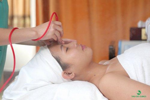 Khách hàng đang điều trị mụn đầu đen tại Thu Cúc Clinics.