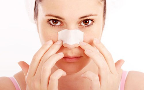 Dùng miếng lột chuyên dụng để loại bỏ mụn đầu đen vùng mũi.