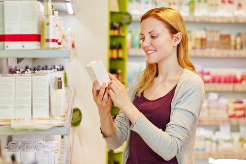Kiểm tra thành phần thuốc trị viêm nang lông trước khi thực hiện giúp tránh mua phải hàng giả, hàng kém chất lượng