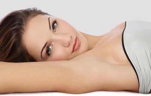 Vùng nách sáng mịn nhờ phương pháp tẩy lông nách với oxy già.