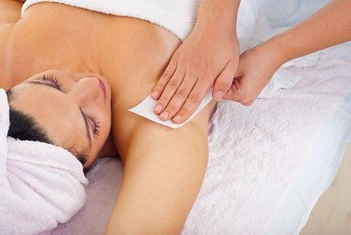 Phương pháp tẩy lông nách bằng oxy già được ưa chuộng bởi chi phí thấp mà hiệu quả lại cao.