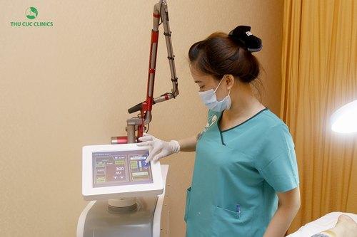 Chuyên viên Thu Cúc Clinics đang điều chỉnh thiết bị Laser Fractional CO2 trước khi triệt lông cho khách hàng.