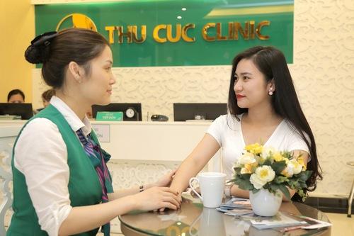 Chuyên viên Thu Cúc Clinics đang thăm khám tình trạng violong của khách hàng